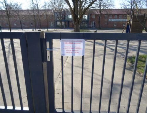 Ein leerer Schulhof im März und April